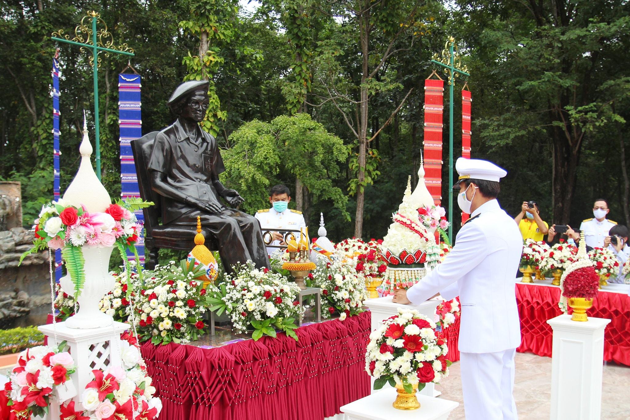 จังหวัดลพบุรี พิธีทำบุญตักบาตรพระสงฆ์ จำนวน 25 รูป และพิธีวางพานพุ่ม เนื่องในวันคล้ายวันพระราชสมภพครบ สมเด็จพระศรีนครินทราบรมราชชนนี
