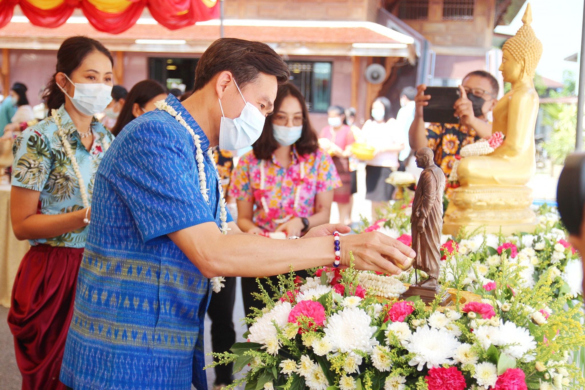 """จังหวัดลพบุรี จัดกิจกรรม """"ทำบุญ สรงน้ำพระ เพื่อความเป็นสิริมงคล"""" เนื่องในเทศกาลวันสงกรานต์ ประจำปี 2564"""