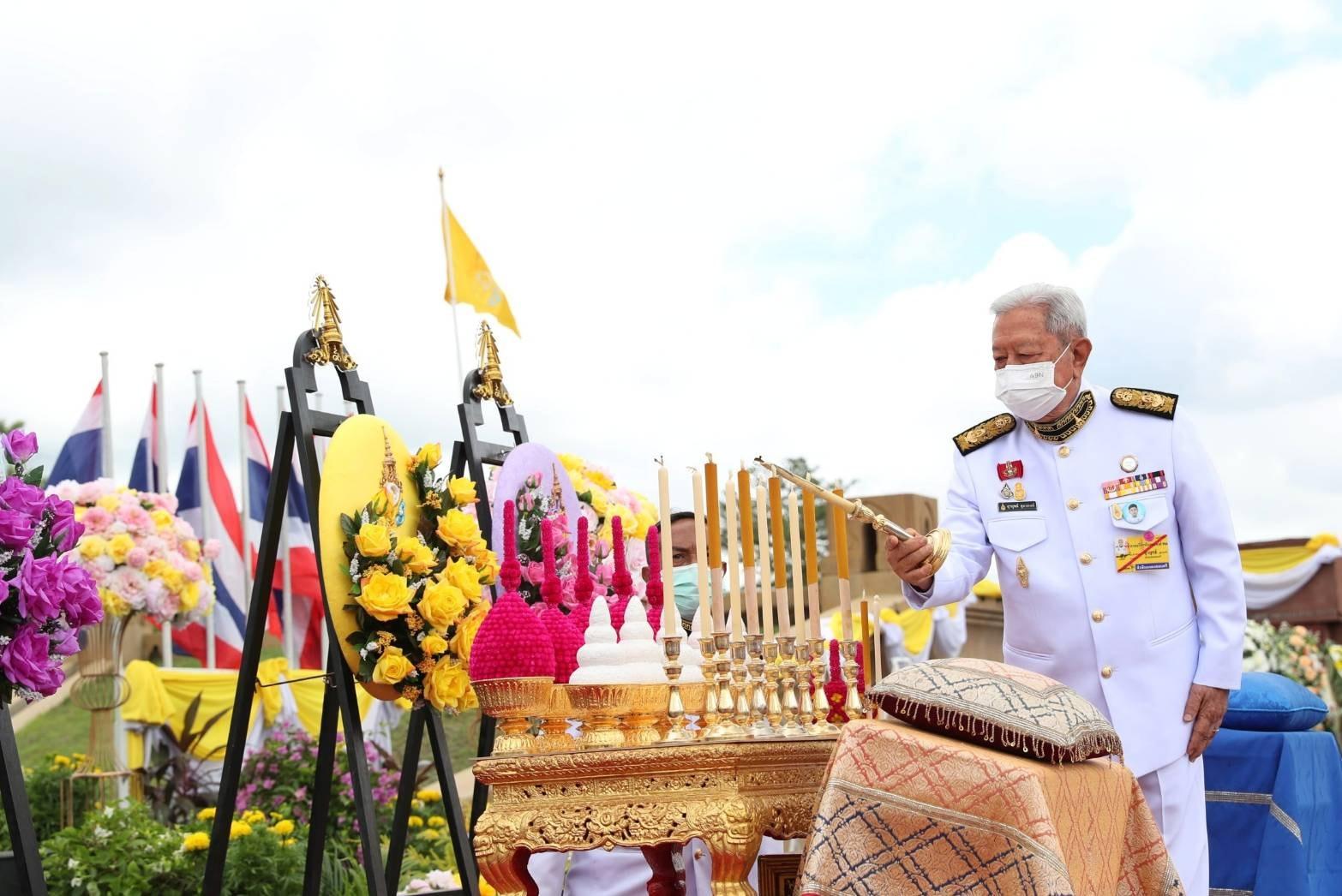 ผู้แทนพระองค์อัญเชิญพวงมาลาของพระบาทสมเด็จพระเจ้าอยู่หัวถวายราชสักการะ สมเด็จพระนารายณ์มหาราช เนื่องในวันคล้ายวันสวรรคต ประจำปี 2564 ณ จังหวัดลพบุรี